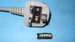 Checking the fuse in the plug